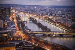 桥梁现代巴黎河围网 库存图片