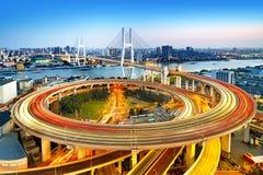 桥梁瓷nanpu晚上上海 免版税库存图片