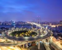 桥梁瓷nanpu晚上上海 库存照片