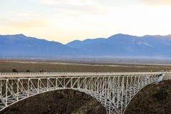 桥梁由铁制成在团结的St的一片沙漠中间 免版税库存照片
