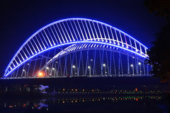 桥梁由LED光照亮 库存图片