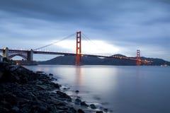 桥梁电灯泡金黄风险的门 库存图片