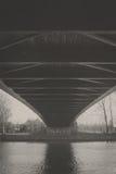 桥梁的下面 免版税库存照片