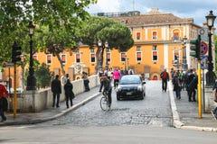 桥梁的人们横跨台伯河在罗马,意大利 库存图片
