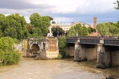 桥梁的人们横跨台伯河在罗马,意大利 免版税库存图片
