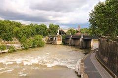 桥梁的人们横跨台伯河在罗马,意大利 图库摄影