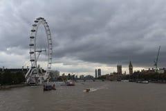 从桥梁的伦敦眼睛 库存图片
