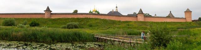 桥梁的全景在河Kamenka和圣徒Euthymius修道院的在苏兹达尔 俄国 免版税图库摄影