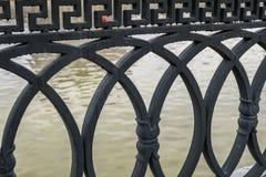 桥梁的典雅的生铁篱芭的片段特写镜头  免版税图库摄影