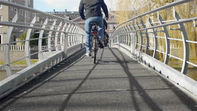 桥梁的匿名人 一种都市风景 股票录像