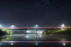 桥梁的反射在晚上 免版税库存照片
