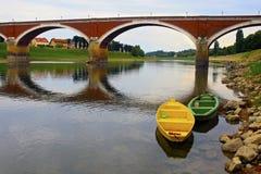 桥梁的反射在Kupa河 免版税库存照片