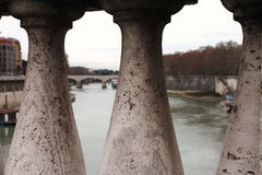 从桥梁的台伯河河,罗马意大利 免版税库存照片