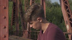 桥梁的哀伤的少年 股票录像