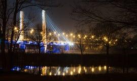 桥梁的场面在WrocÅ 'aw的在夜 库存图片