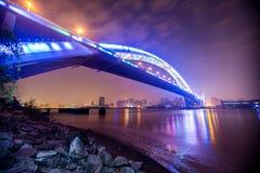 桥梁的夜视图 库存照片
