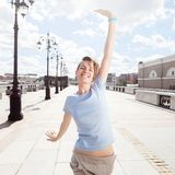 桥梁的年轻微笑的妇女在都市风景背景  图库摄影