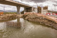 桥梁的建筑工作 修造专栏 免版税图库摄影