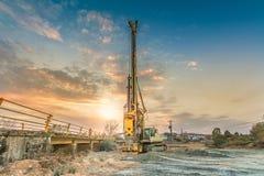 桥梁的建筑的机械 免版税库存照片