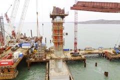 桥梁的建筑 一座铁路和汽车桥梁的建筑的工程学设施横跨海峡的 免版税库存照片