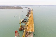桥梁的建筑 一座铁路和汽车桥梁的建筑的工程学设施横跨海峡的 库存照片