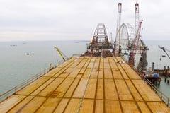 桥梁的建筑 一座铁路和汽车桥梁的建筑的工程学设施横跨海峡的 免版税图库摄影