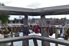 从桥梁的挂锁或爱锁吊 免版税库存照片
