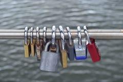 从桥梁的挂锁或爱锁吊 免版税图库摄影