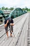 桥梁的摄影师在Pai的Pai河夜丰颂的泰国 库存图片
