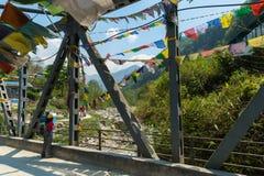 桥梁的旅客对Poon小山,尼泊尔 免版税库存照片
