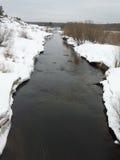 从桥梁的浅河视图 免版税库存照片