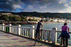 桥梁的渔夫 库存图片
