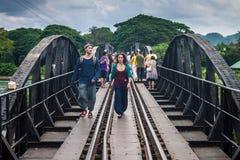 桥梁的游人在河Kwai 库存图片