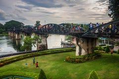 桥梁的游人在河Kwai 免版税库存图片