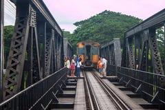 桥梁的游人在河Kwai 免版税图库摄影