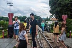 桥梁的游人在河Kwai 图库摄影