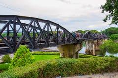 桥梁的游人在河Kwai 免版税库存照片
