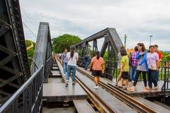 桥梁的游人在河Kwai 库存照片
