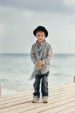 桥梁的男孩在海运 库存图片