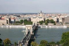 桥梁的看法在多瑙河的从盖勒特小山的边在布达佩斯 免版税库存照片