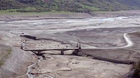 桥梁的看法在河支流春天的渠道的 区域Ananuri堡垒,乔治亚 股票视频