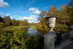 从桥梁的看法在秋天公园 免版税库存图片