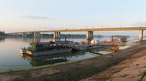 桥梁的看法横跨鄂毕河和小游艇船坞的。Barnaul 免版税图库摄影