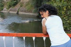 桥梁的美丽的少妇 库存图片