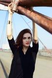 桥梁的美丽的深色的女孩 免版税图库摄影