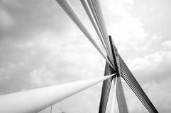 桥梁的设计是唯一电缆坚持的曲拱桥梁 库存图片