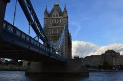桥梁的边的看法 免版税库存图片
