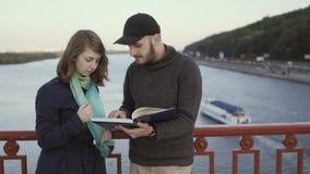 桥梁的青年人谈论书 股票视频