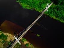 桥梁的顶视图空中射击在河的 库存图片
