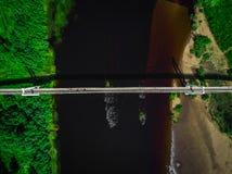 桥梁的顶视图空中射击在河的 库存照片